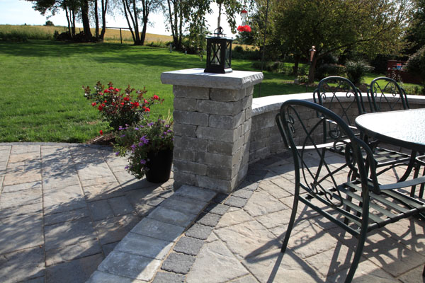 Techo-Bloc  Pillar and Seatwall with Limestone Caps